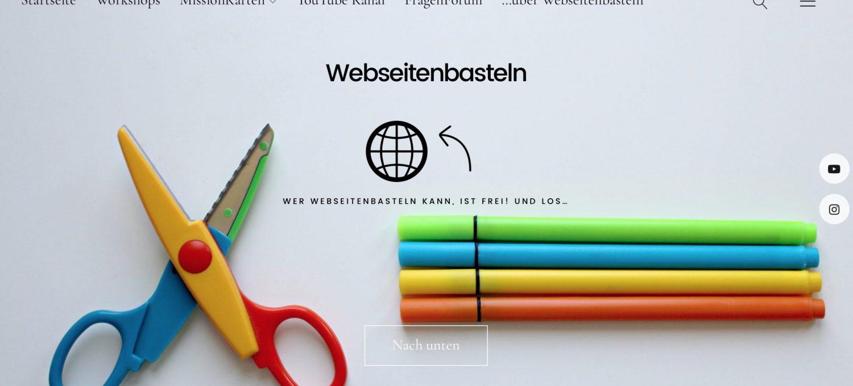 Schere mit Stiften in bunter Farbe, darüber der Slogan von Webseitenbasteln.de
