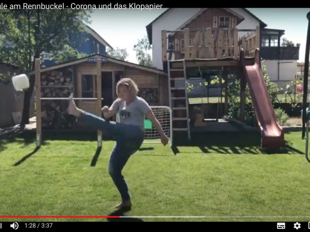 Fußball mit Klopapier