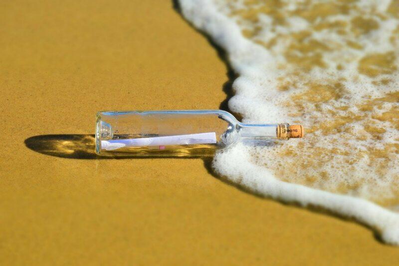Flaschenpost am Strand - symbol für den Digitalen Nachlass